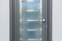 Πόρτα-εισόδου-με-πάνελ-γυαλί-inox