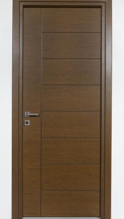 Εσωτερική πόρτα με σχέδιο παντογράφου σε καρυδί