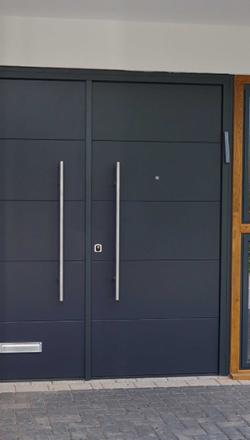 Πόρτα ασφαλείας  Δίφυλλη με επένδυση αλουμινίου RAL και κάθετες inox λαβές
