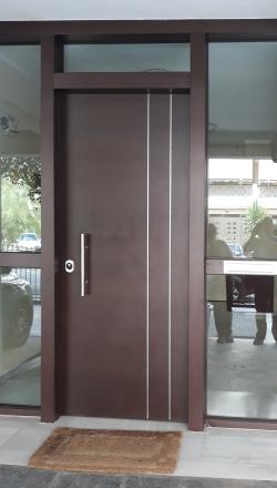 Πόρτα ασφαλείας με  πλευρικά τζαμωτά σταθερα και  γραμματοθυριδα