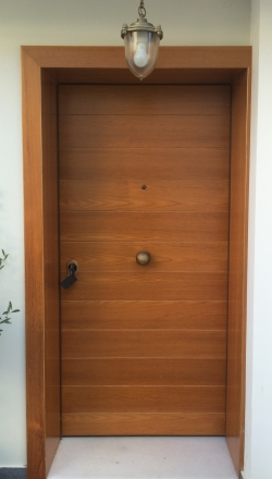 Πόρτα ασφαλείας με  ραμποτε επένδυση κοντρα πλακε θαλασσης