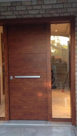 Πόρτα ασφαλείας με φάσα αλουμινίου σε χρώμα ξύλου