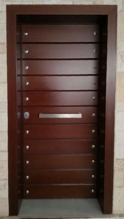 Πόρτα ασφαλείας με χειροποίητη λουστραριστή επένδυση